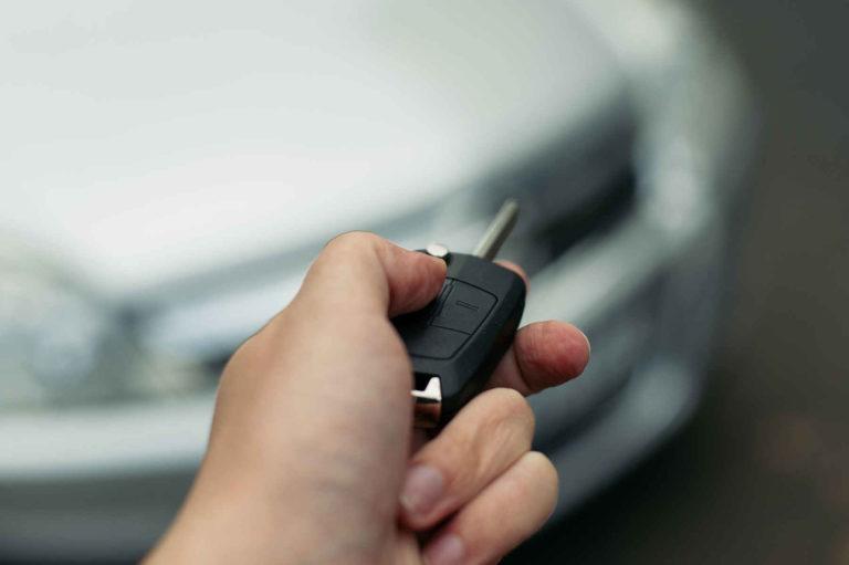 Ein Funkautoschlüssel wird genutzt.