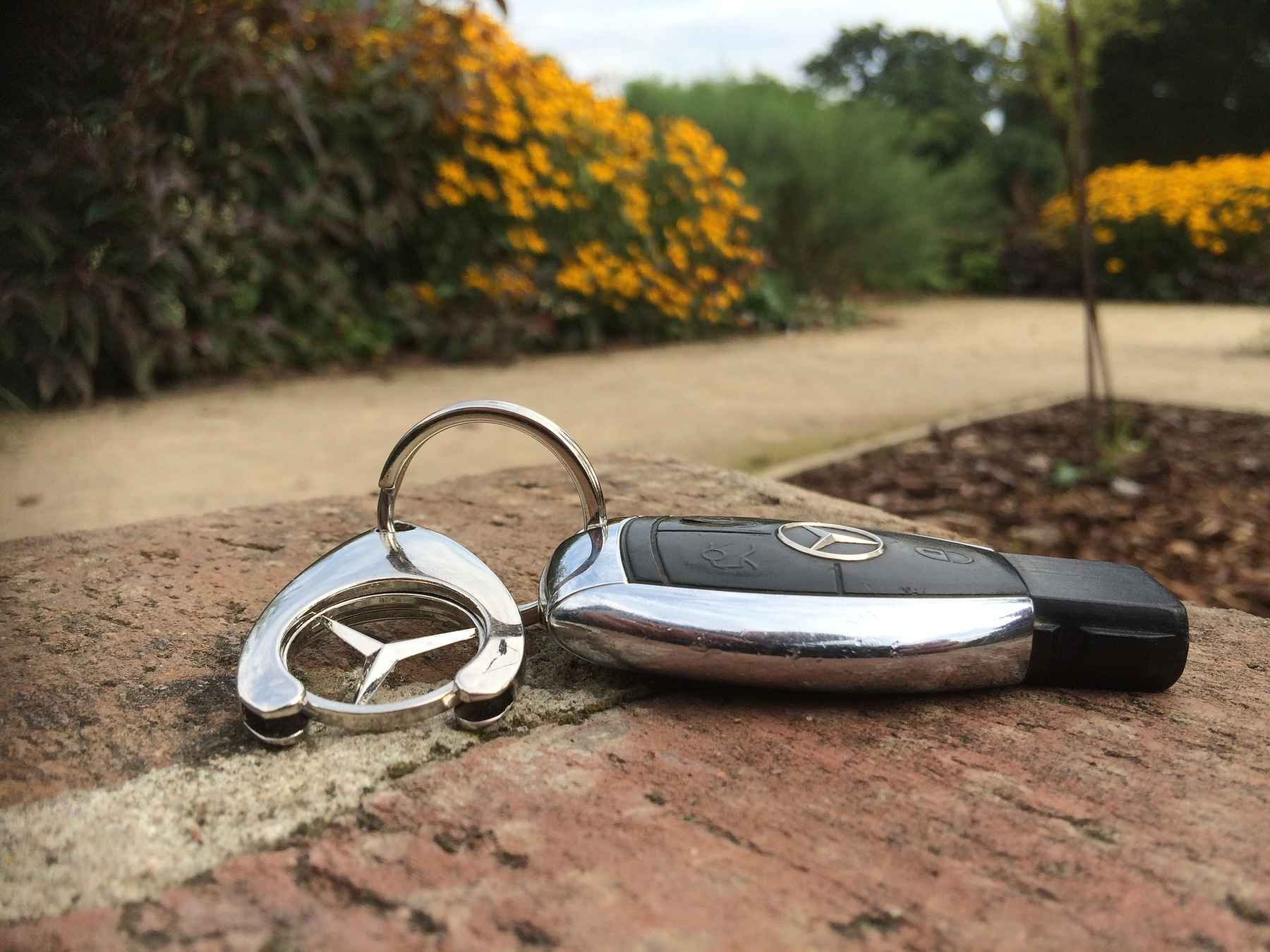 Verlorener Autoschlüssel im Park